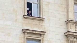 Валери Симеонов размахал среден пръст към протестиращите пред НС?