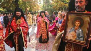 Литийно шествие пренесе мощи на двама светци, дарени от папа Франциск