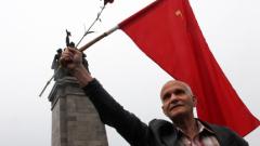 """""""Вставай страна, огромная"""", ехти пред Паметника на Съветската армия"""