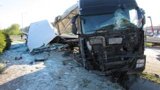 Камион със стъкла катастрофира край Дунав мост