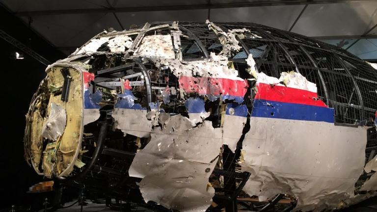 Роднини на жертвите от MH17 протестираха пред руското посолство в Хага