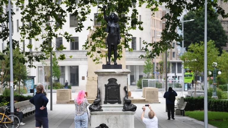 Свалиха статуята на протестираща в Бристъл