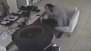 """Автомобилна гума """"нахлу"""" в аптека и рани двама души в Турция"""