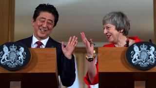 Абе подкрепи Мей, светът не иска Брекзит без сделка