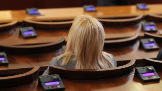 Менса отново предизвиква кандидат-депутатите