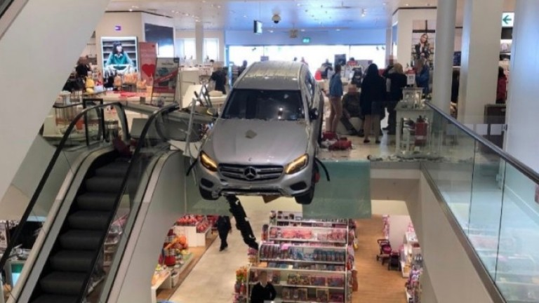 Германец се заби с автомобила си в търговски център в