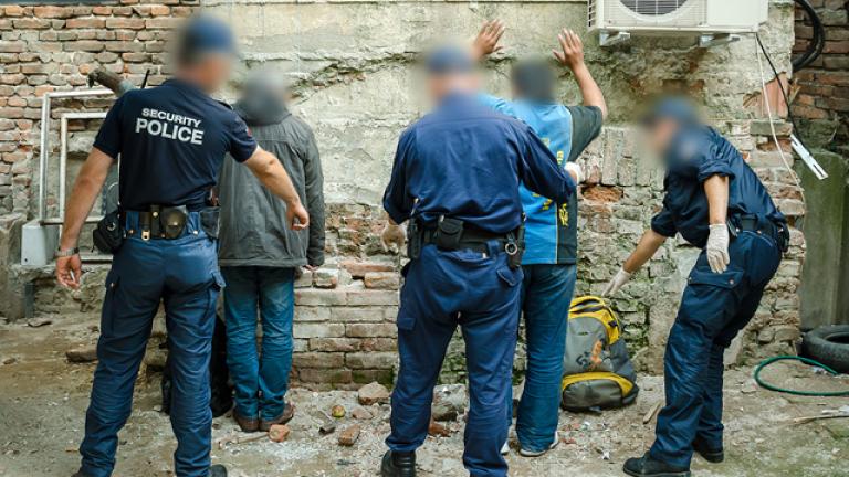Заловиха 13 нелегални мигранти и каналджия от Бургас