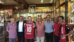 ЦСКА подари фланелка на посланика на Италия