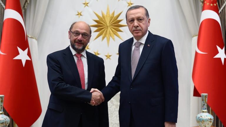 Шулц: ЕС е озадачен от бързите арести в Турция след опита за преврат
