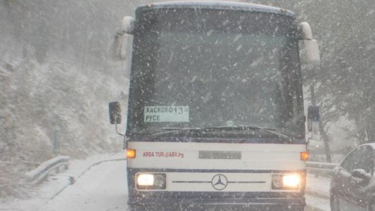 Междуградски автобус пропадна в канавка заради снега