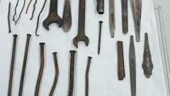 Пирони, болтове и инструменти извадиха хирурзи от стомаха на млад мъж