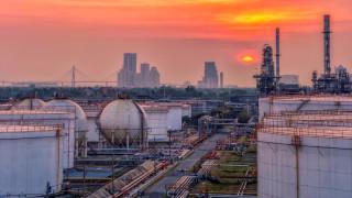 Петролната компания, която не може да поправи рафинерии си и иска да строи болници