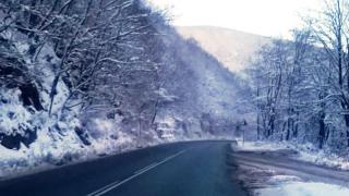 Снегопочистване ограничи движението по пътища в страната