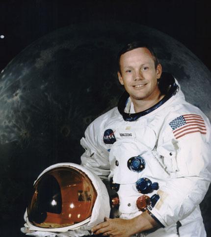 Учени и политически лидери отдават последна почит на Нийл Армстронг