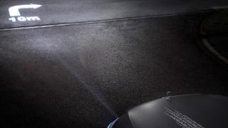 Mercedes с революция при фаровете, прожектират символи на пътя (ВИДЕО)