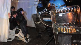 Сълзотворен газ срещу барикада на бунище в Италия