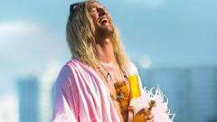 Матю Маконъхи рус и в розово в The Beach Bum