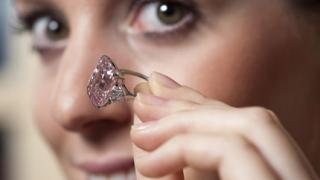 Близо $46 млн. за розовия диамант
