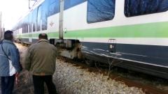 Бус се удари във влак на прелеза при село Антон