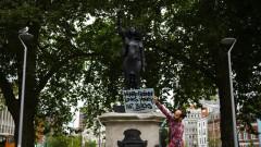 В Англия замениха статуя на търговец на роби със скулптура на протестиращ