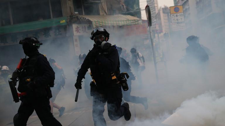 Полицията в Хонконг отново употреби сълзотворен газ и водни оръдия