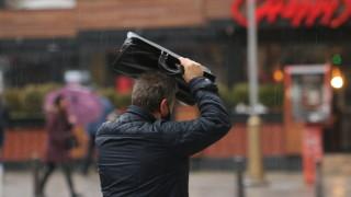 Дъждът наводни десетки улици и подлези в София