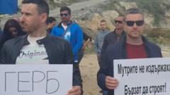 Гербери и кметът на Бургас с акция срещу новия собственик на бетона на Алепу