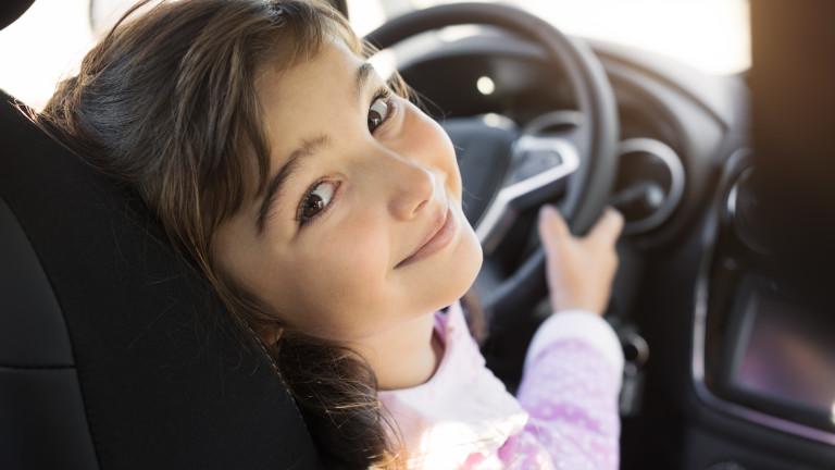Дете подкара кола, заби се в мантинела и му написаха акт