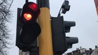 Празничен светофар намига на шофьори в столицата