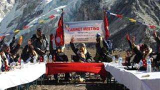 Кабинетът на Непал заседава на Еверест