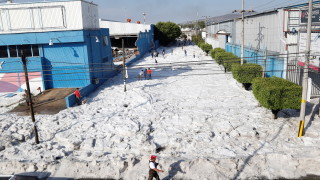 "Мощна градушка ""погреба"" голям град в Мексико"