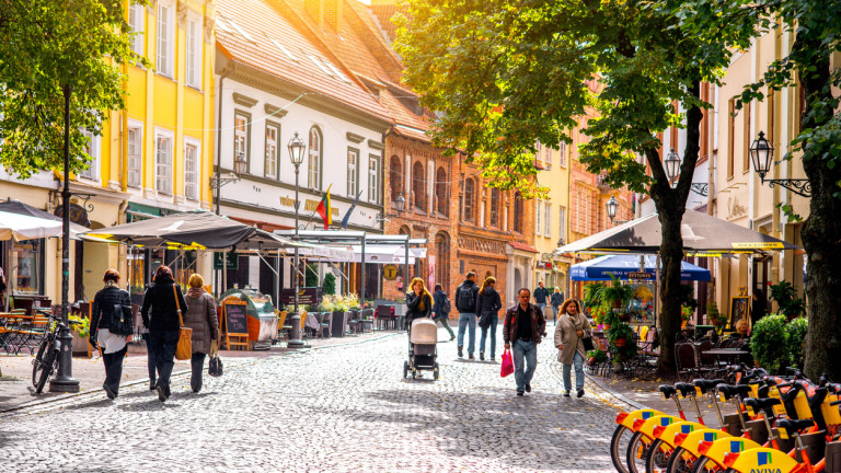 Вилнюс пусна пешеходна зона с Wi-Fi за хора, които гледат в телефона си, докато вървят