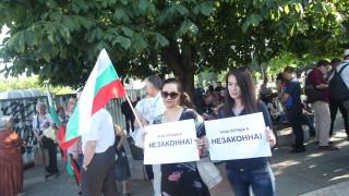 Столични червени общинари защитават паметника пред НДК