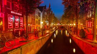 Кметът на Амстердам обмисля да закрие квартала с червените фенери