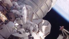 """Двама американски астронавти на 3-часова """"космическа разходка"""" извън МКС"""