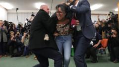 Полугола феминистка се хвърли пред чешкия президент по време на гласуване