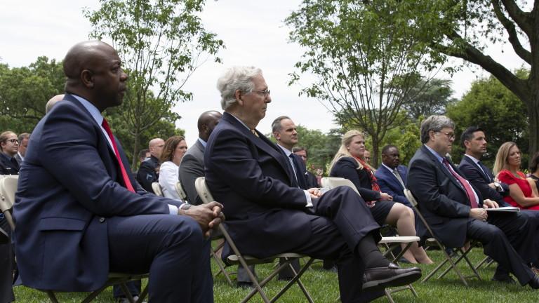 Макконъл отхвърли искането на Пелоси за премахване на паметници от Капитолия