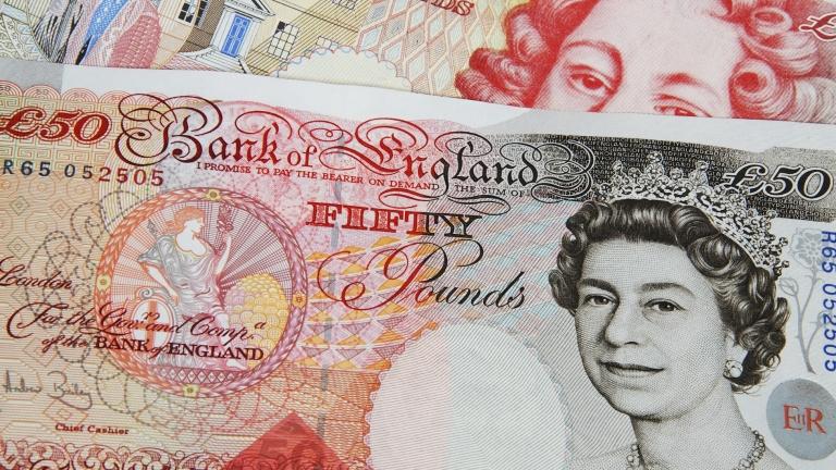 Британската лира се засилва спрямо еврото и долара