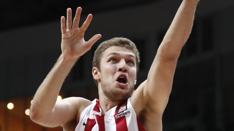Александър Везенков игра близо 22 минути за Олимпиакос при победата