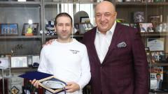 Министър Кралев награди Самуил Донков за европейската титла по спортна стрелба