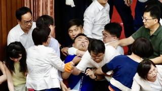 Бой в парламента на Тайван след като опозицията окупира сградата