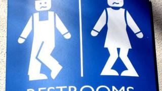 16 смешни табелки на обществени тоалетни (галерия)