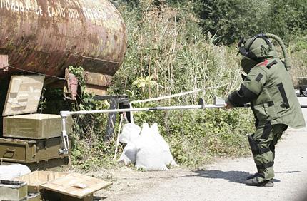 Български и американски военни взривяват боеприпаси в Челопечене