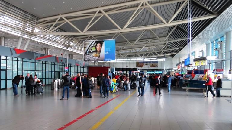 Самолет кацна на летище София със съмнение за спукана гума