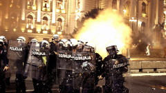 Десетки ранени и арестувани при сблъсъците в Белград
