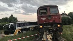 Продължава разследването на катастрофата между влак и бус