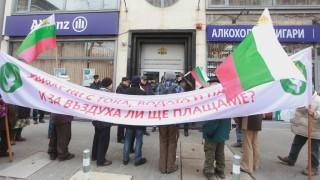 С охрана се пази КЕВР от десетина протестиращи срещу високите цени