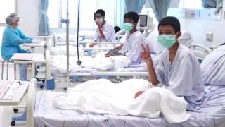 Първо видео със спасените тайландски момчета в болницата