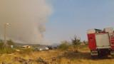 Седем пожарни гасят 10 дка край вилната зона на Хисаря
