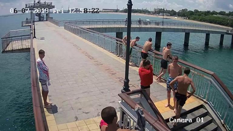 Младежи строшиха охранителна камера на моста в Бургас